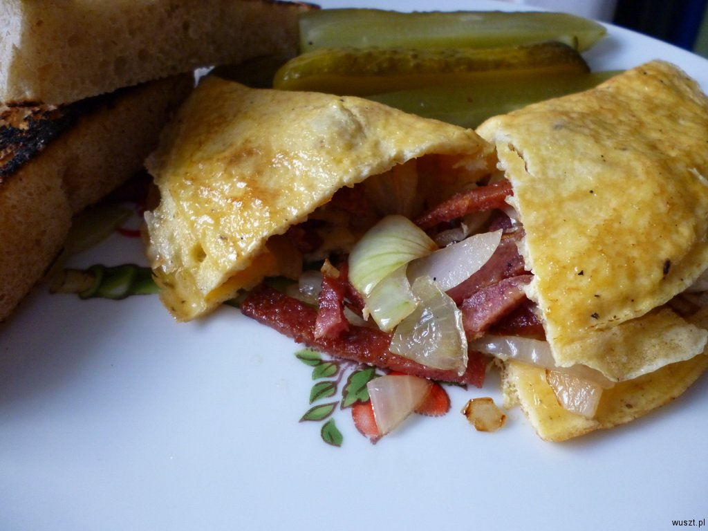 omlet salami cebula2 25. Omlet z salami i cebulą
