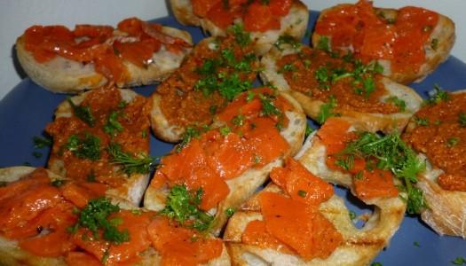 45. Crostini: z pomidorowym pesto / z łososiem