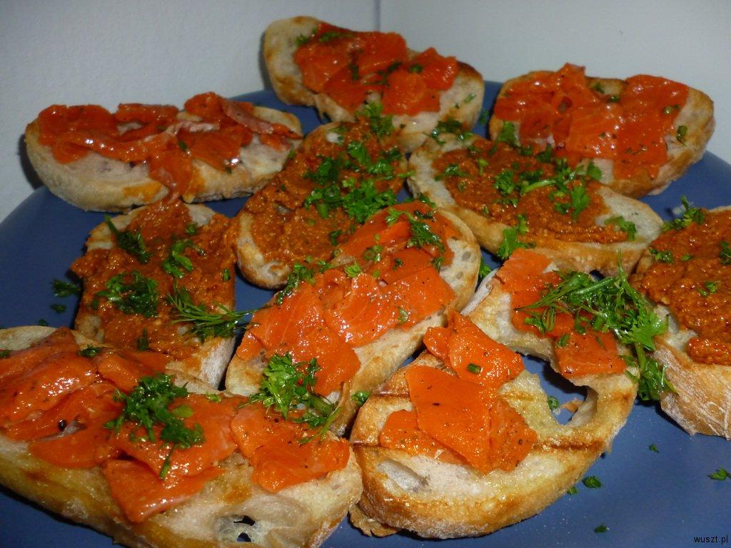 crostini z pesto lososiem1 45. Crostini: z pomidorowym pesto / z łososiem