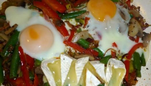 63. Jajka sadzone na warzywach i camembert
