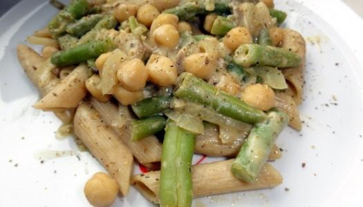60. Makaron z ciecierzycą i warzywami w sosie jogurtowo-musztardowym