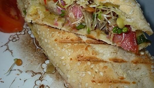 91. Grillowany sandwich z kiełkami, pieczarkami, salami oraz żółtym serem