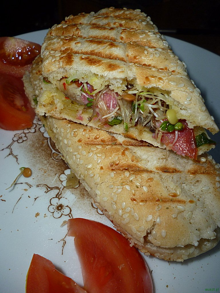 grillowany sandwich kielki 91. Grillowany sandwich z kiełkami, pieczarkami, salami oraz żółtym serem