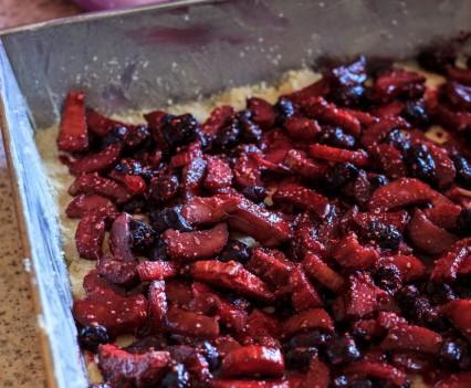 ciasto rabarbarowo jagodowe 2 426x351 107. Ciasto rabarbarowe z jagodami